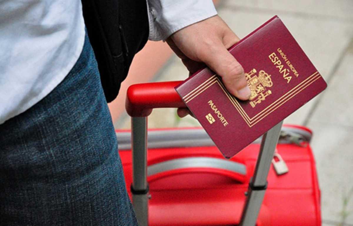 паспорт и чемодан